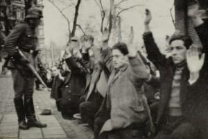פשיטה ומעצר של יהודים באמסטרדם, 1941 (מתוך אתר הרייקסמוזאום)