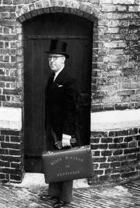 שר האוצר ליפטינק והמזוודה המפורסמת, 1950 (Collectie SPAARNESTAD PHOTO/NA/Anefo/Noske)