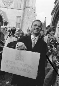 שר האוצר רודינג והמזוודה ב-1983 (Nationaal Archief)