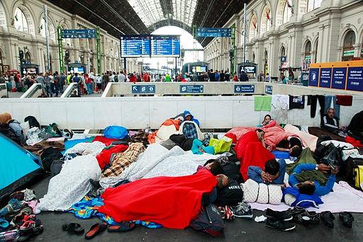 פליטים מסוריה בתחנת הרכבת בבודפשט בספטצבר 2015 (Rebecca Harms, Wikipedia)