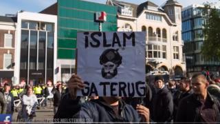 """""""איסלאם, לך בחזרה"""". מפגין בהפגנת PEGIDA באוטרכט (מתוך היוטיוב של Niels ten Hulsen)"""