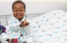 """ג'ניפה מטנזניה טופלה ב-2014 (אתר """"הצל לבו של ילד"""")"""