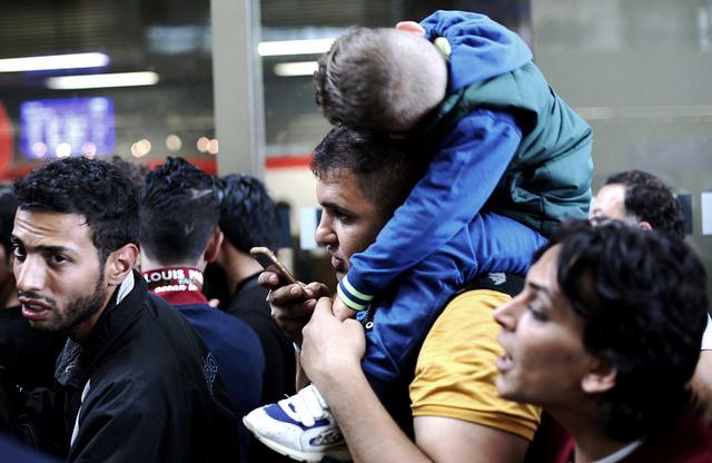 פליטים סורים בווינה, ספטמבר 2015 (Josh Zakary, Flickr, CC License)