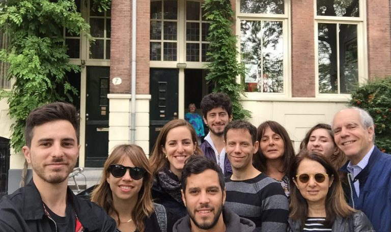 משפחת נמרוד ברור על רקע הבית ברחוב שפינוזסטראאט 3, אמסטרדם