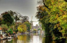 Vista de Loenen aan Vecht desde el canal (molinito incluido, Carlos M M Flickr, CreativeCommons License
