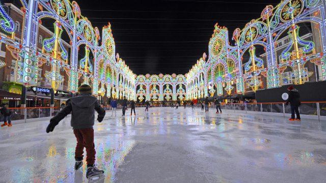 """Een publiekstrekker en een van de attracties dit jaar op de markt in Eindhoven is tijdens het """"Fijne Feestdagen Festival"""" een grote ijsbaan die versierd is door lichtornamenten van het Italiaanse Luminarie De Cagna van 45 x 17meter."""