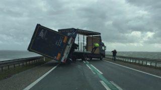 משאית שנסחפה ברוח Houtribdijk tussen Enkhuizen en Lelystad