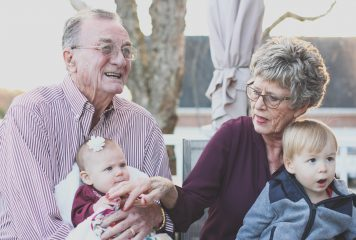 ההורים מזדקנים בארץ ואנחנו כאן. מדריך רגשי ומעשי