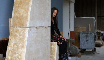דיאלוג עם החברה העכשווית: הפסלת ענת רצאבי על אנדרטת השואה בהאג