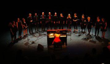 שרים ביחד עם היברו גרוב